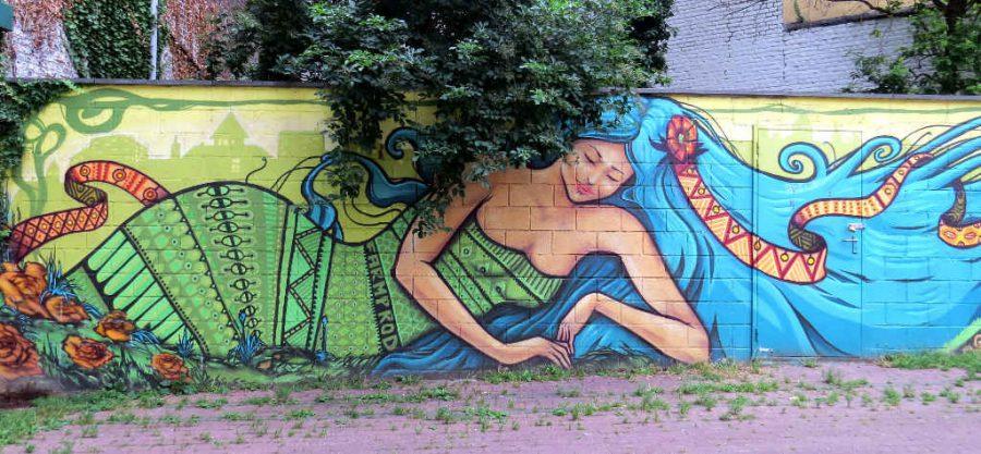 Horta Metro graffiti woman