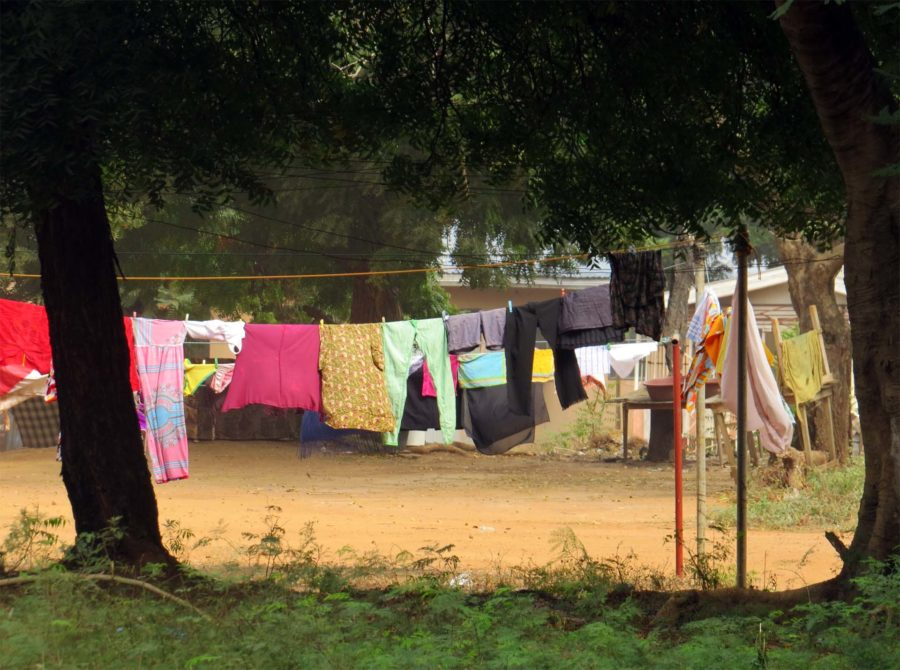 Taxi with the flow in Accra: Washing hung to dry