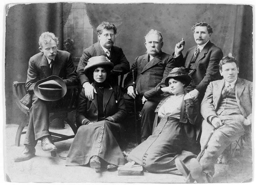 London 1912: Rudolf Rocker (second from left) together with Milly Witcop. The man with the cigarette is Lazar Sabel and the other woman is Milly (Polly) Sabel, Milly Witcop's sister.