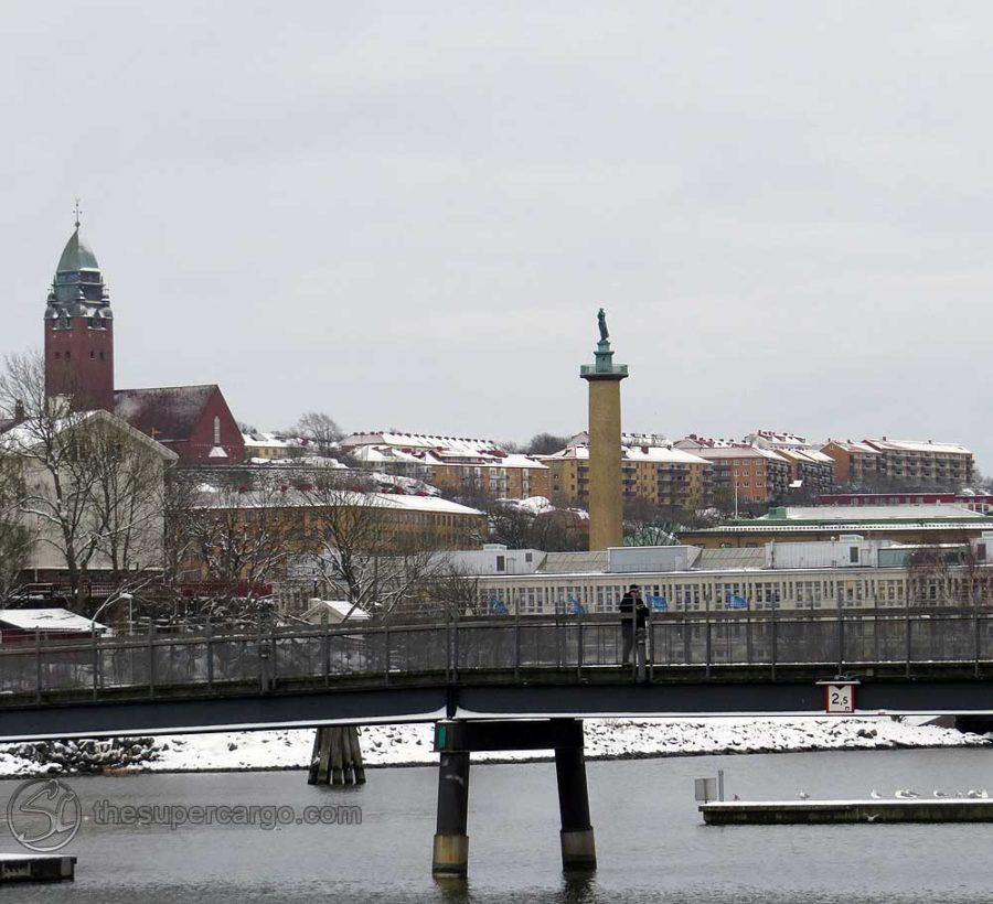 Sannegård's foot bridge with Masthugget and Sjömanstornet